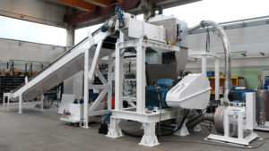 Natural and synthetic rubber grinder for adhesive masses