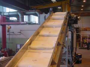 Grinding and pulverizing plant for synthetic and thermoplastic rubber